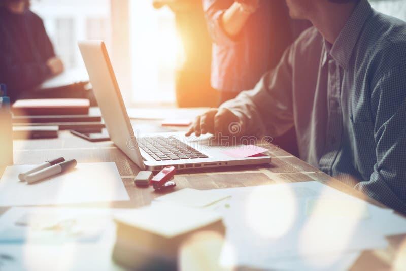Projektmöte Marknadsföringslag som diskuterar den nya arbetsritningen Bärbar dator och skrivbordsarbete i öppet utrymmekontor arkivfoton