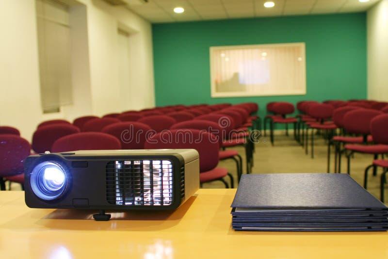 Projektor auf Tabelle mit Stühlen hinter (horizontal) stockfotografie