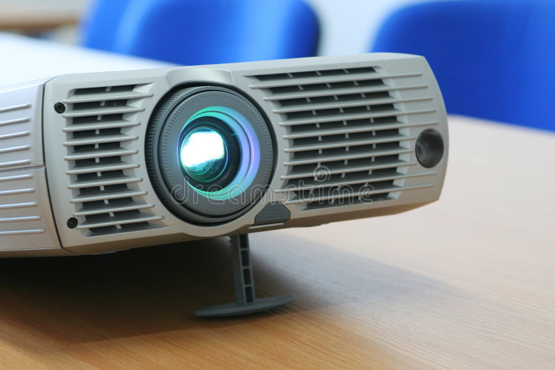 Projektor am Bürotisch (horizontal) stockbild