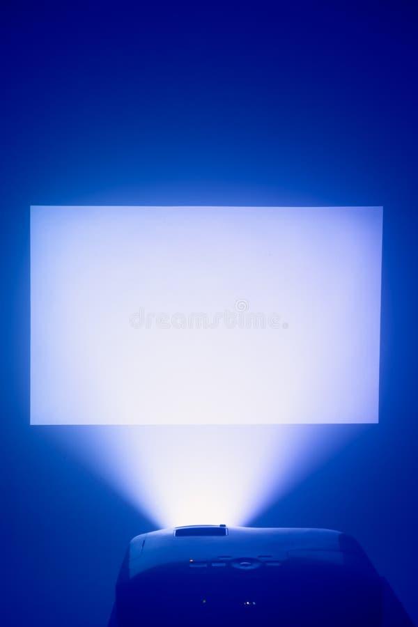 Projektor in der Aktion mit belichtetem Schirm stockbild