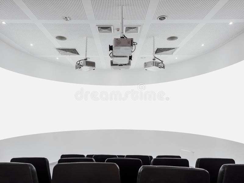 Projektor des leeren Bildschirms und Audiosystem mit Sitzmodernem Innenraum lizenzfreies stockfoto