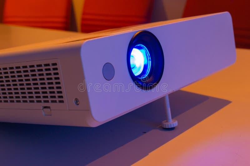 Projektor för presentationen i en mötesrum arkivfoton