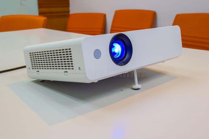 Projektor för presentationen i en mötesrum royaltyfria foton