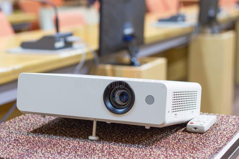 Projektor för presentationer i en mötesrum fotografering för bildbyråer