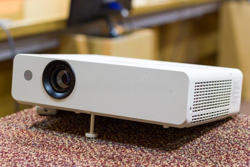 Projektor för presentationer i en mötesrum arkivbilder