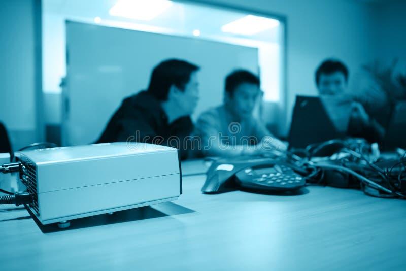 Projektor im Konferenzzimmer lizenzfreie stockfotografie