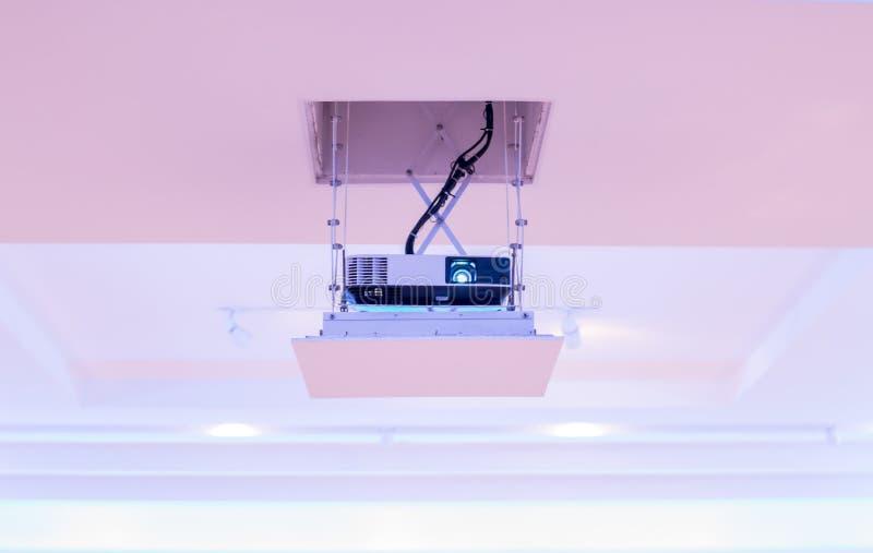 Projektor installiert auf die Decke des Hotelkonferenzsaales Front View lizenzfreie stockfotos