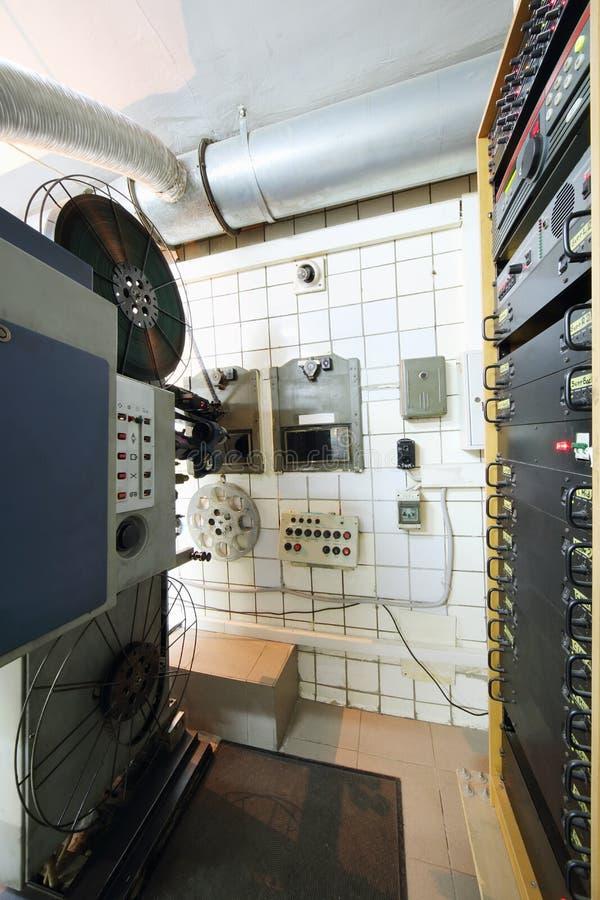 Projektor med rullar för videoband och sakkunnigutrustning royaltyfri fotografi