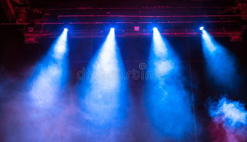 Projektorlichter während der Leistung in Moskau stockbilder