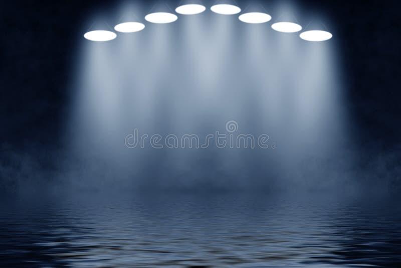 Projektoru światło reflektorów z odbiciem w wodzie Odizolowywający na czarny tle obraz royalty free