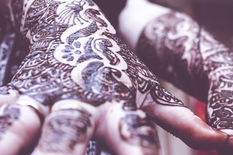 Download Projektować Heena Jest Na Oba Rękach Hinduska Panna Młoda Obraz Stock - Obraz złożonej z religia, pasta: 53790219