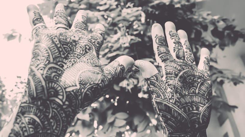 Download Projektować Mehandi Pokazuje Up Ręk - Retro Spojrzeniem Zdjęcie Stock - Obraz złożonej z tatuaż, dekoracje: 53790222