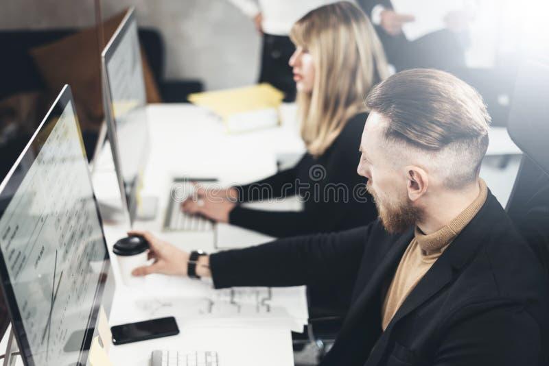 Projektteam, das am Konferenzzimmer im lightful Büro zusammenarbeitet horizontal Unscharfer Hintergrund lizenzfreies stockfoto