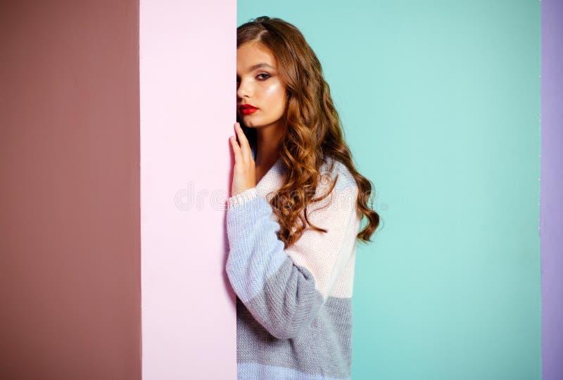 Projektujący dla ona ?adna dziewczyna Mody dziewczyny odzie?y ?liczny kardigan M?odej kobiety spojrzenie modny Modny spojrzenie m fotografia stock