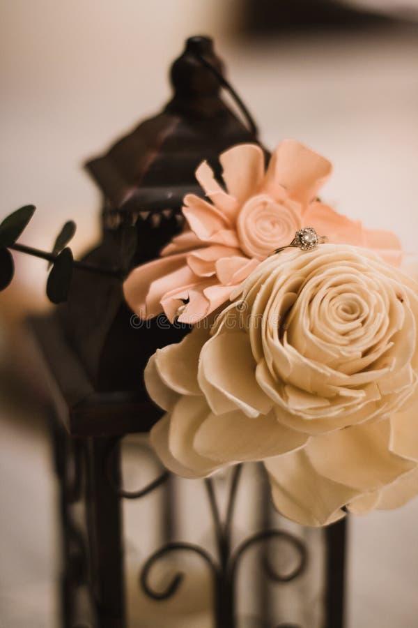 Projektujący pierścionek zaręczynowy na dniu ślubu obrazy royalty free