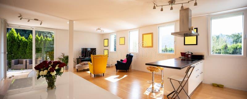 Projektuje pobyt w nowożytnym mieszkaniu z dwa karłami obraz royalty free