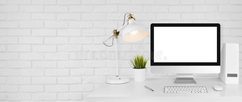 Projektuje pracownianego pojęcie z miejscem pracy i białym ściana z cegieł tłem zdjęcia royalty free