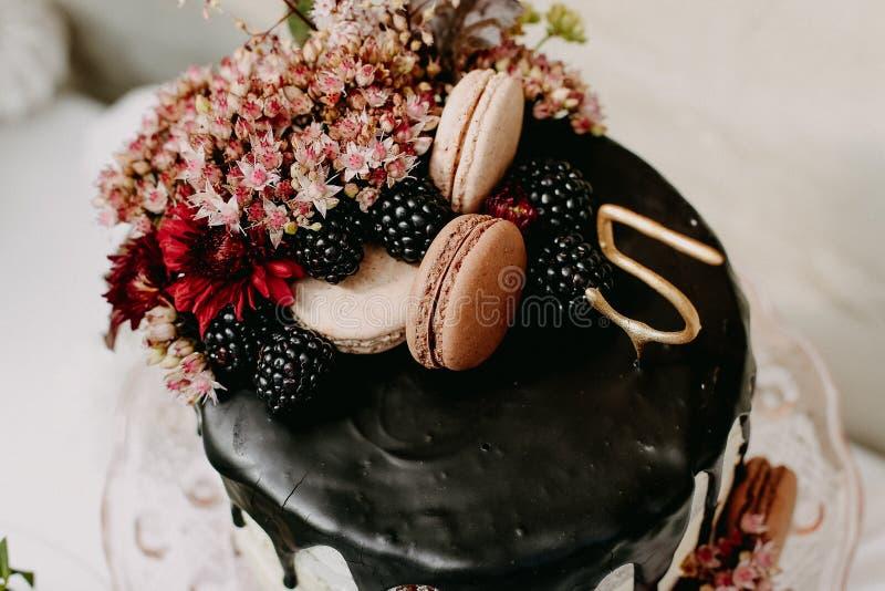 Projektuje przyjęcia urodzinowego plenerowego z baloons i kapie czekoladowego tort obrazy royalty free