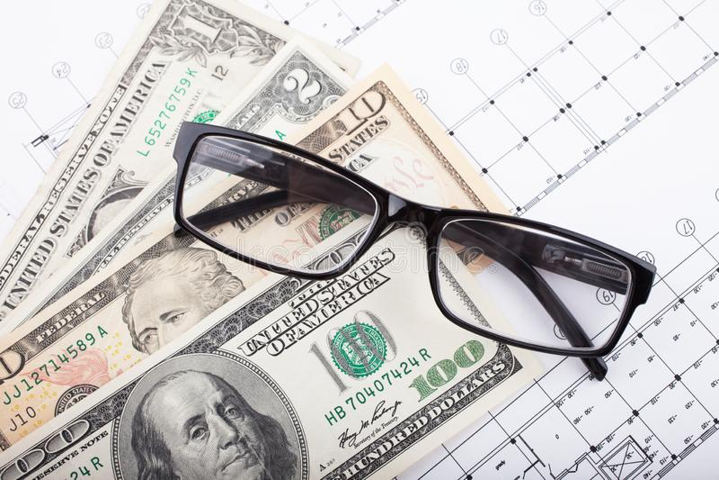 Projet architectural et argent avec des verres Fond de construction photographie stock libre de droits