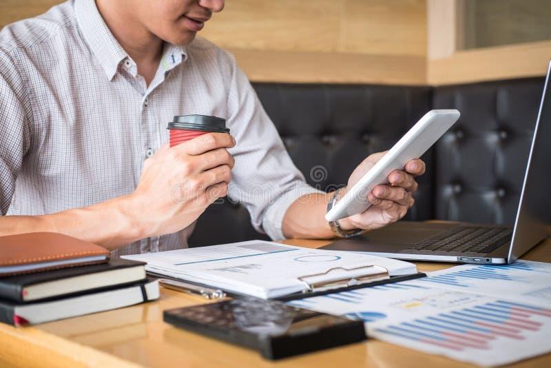 Projet d'investissement fonctionnant d'homme d'affaires sur l'ordinateur portable avec le document de rapport et analyser, calcul image libre de droits