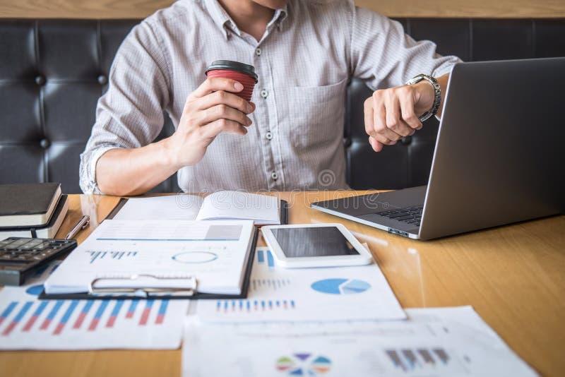 Projet d'investissement fonctionnant d'homme d'affaires sur l'ordinateur portable avec le document de rapport et analyser, calcul photos libres de droits
