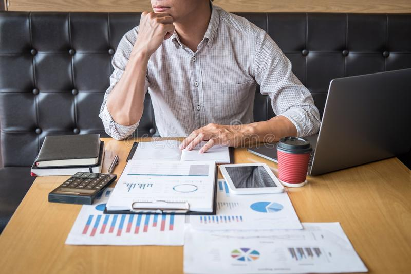 Projet d'investissement fonctionnant d'homme d'affaires sur l'ordinateur portable avec le document de rapport et analyser, calcul photographie stock