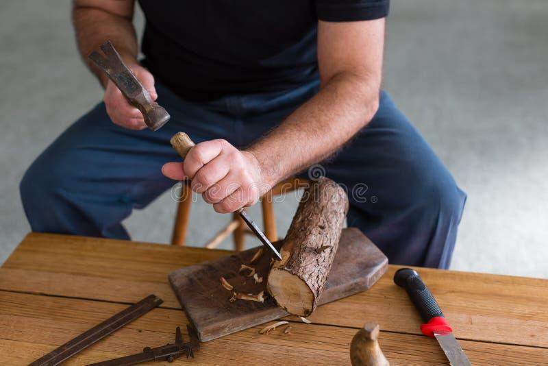 Projet de boisage faisant trois bougeoirs en bois rustiques de lumière de thé photographie stock