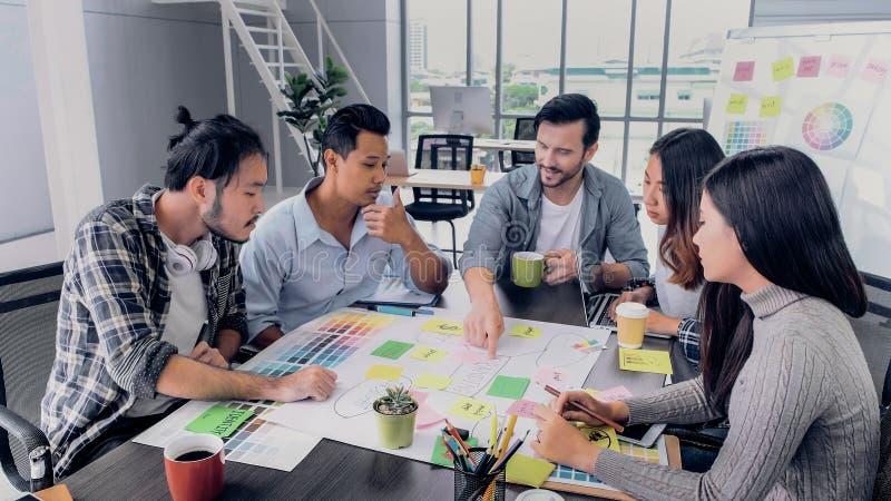 Projet de marquage à chaud de directeur d'équipe de brainstrom créatif d'avance avec l'équipe de concepteur à la table de réunion images libres de droits