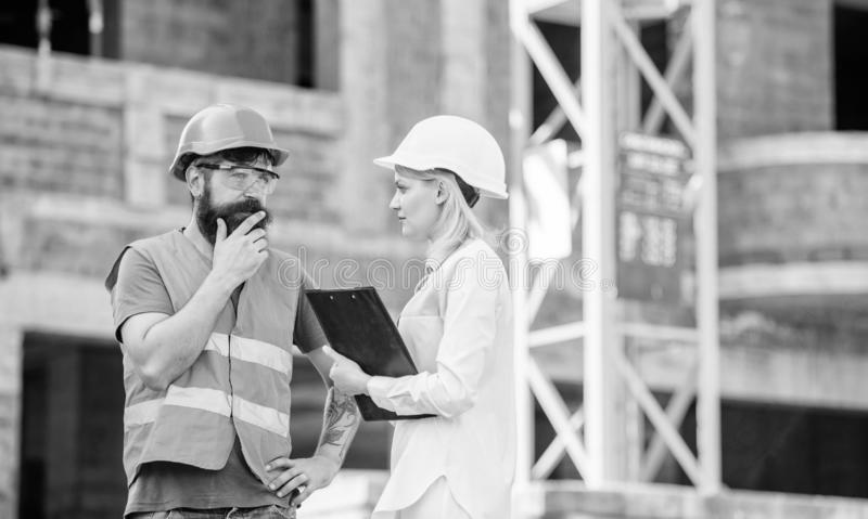 Projet industriel de construction Concept d'industrie du bâtiment Discutez le projet de progrès Ingénieur de femme et brutal barb images stock