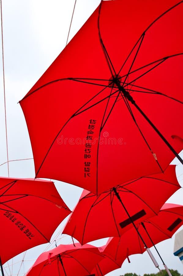 Projet rouge d'art de parapluies en Corée du Sud images stock