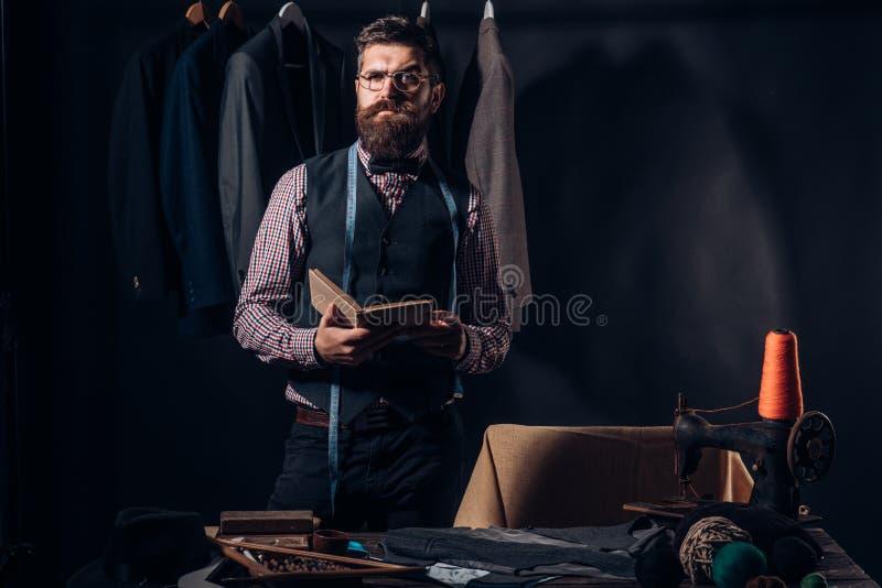 Projetando a roupa nova loja do terno e sala de exposições da forma costurando a mecanização oficina de costura retro e moderna fotografia de stock royalty free