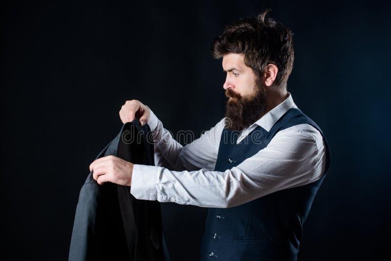 Projetando a roupa nova Trabalho em tender projetos Desenhista que costura o terno Moderno maduro com barba brutal com fotos de stock royalty free