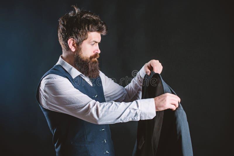 Projetando a roupa nova Trabalho em tender projetos Desenhista que costura o terno Moderno maduro com barba brutal com imagem de stock royalty free