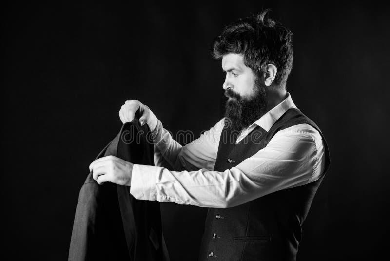 Projetando a roupa nova Trabalho em tender projetos Desenhista que costura o terno Moderno maduro com barba brutal com fotografia de stock