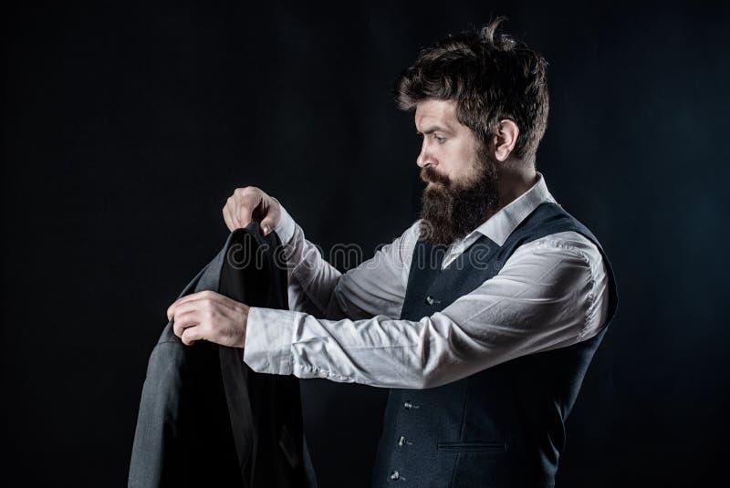 Projetando a roupa nova Trabalho em tender projetos Desenhista que costura o terno Moderno maduro com barba brutal com imagem de stock