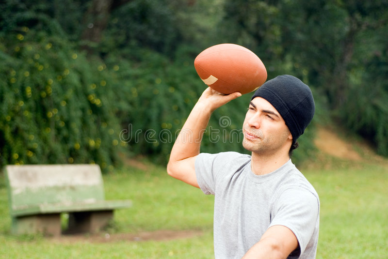 Projetant un football - horizontal image stock