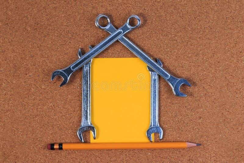 Projete as ferramentas, ferramentas da chave na forma de uma casa imagem de stock