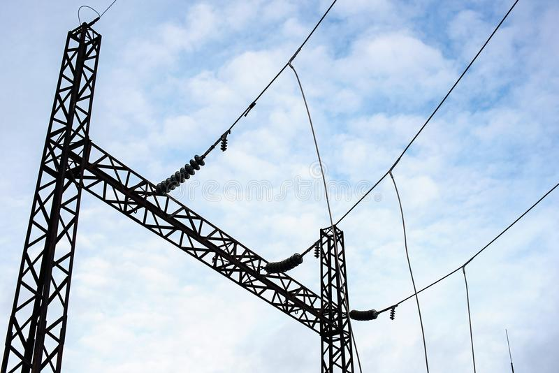Projete com os transformadores da tensão para redes de alta tensão e o céu com nuvens fotografia de stock