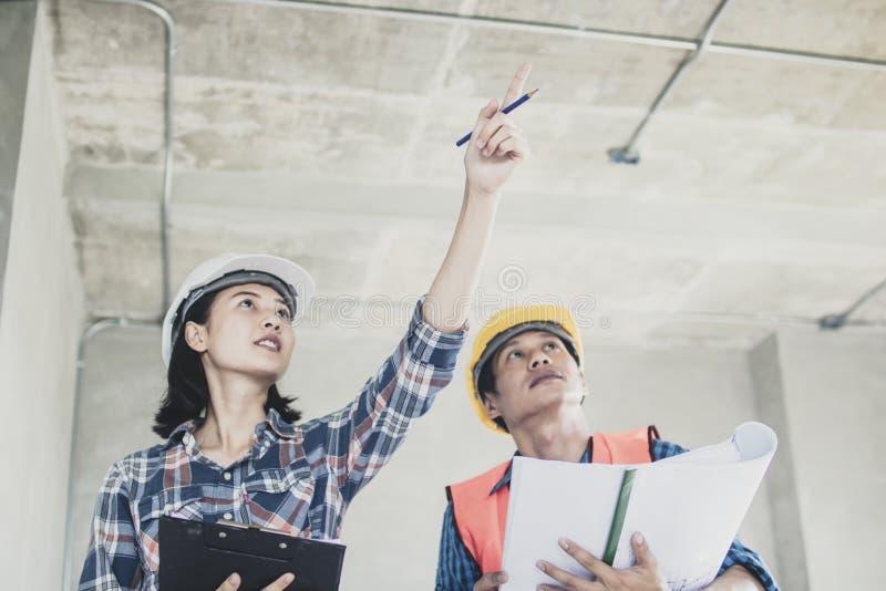 Projete investigam a construção e introduzem-na para o trabalhador imagem de stock royalty free