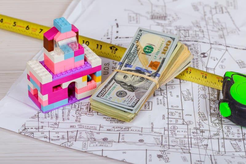 projete o plano e o modelo da tabela de funcionamento no local da construção civil com a bandeira dos EUA imagem de stock