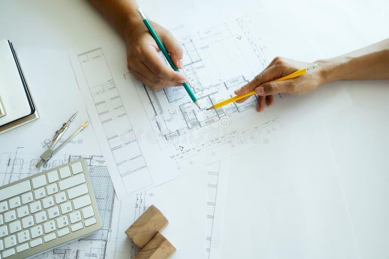 Projete a reunião para o funcionamento de projeto arquitetónico com sócio foto de stock