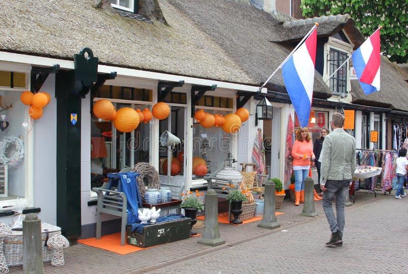 Projete a rua da compra em Baarn com bandeiras holandesas, Holanda imagem de stock