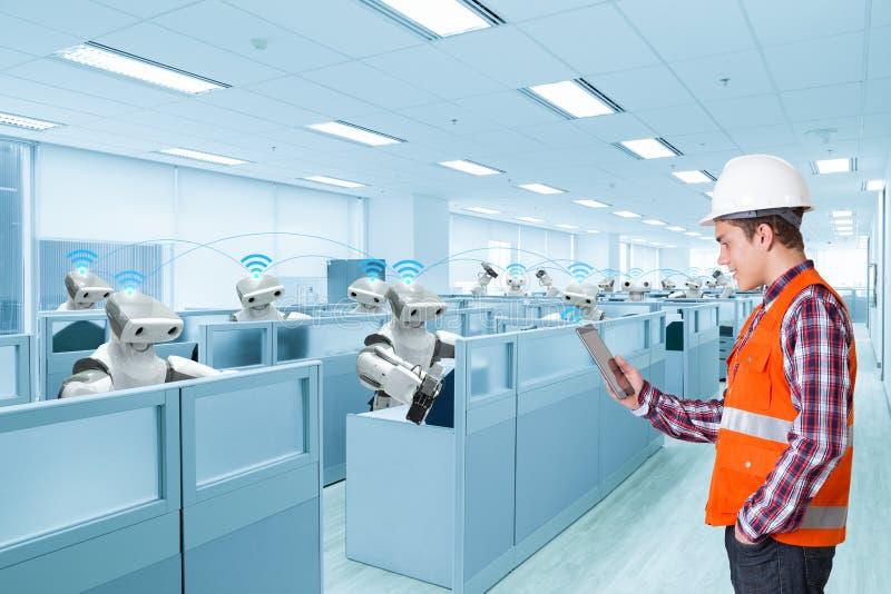 Projete uma comunicação digital da tabuleta do uso com o robô automático imagem de stock