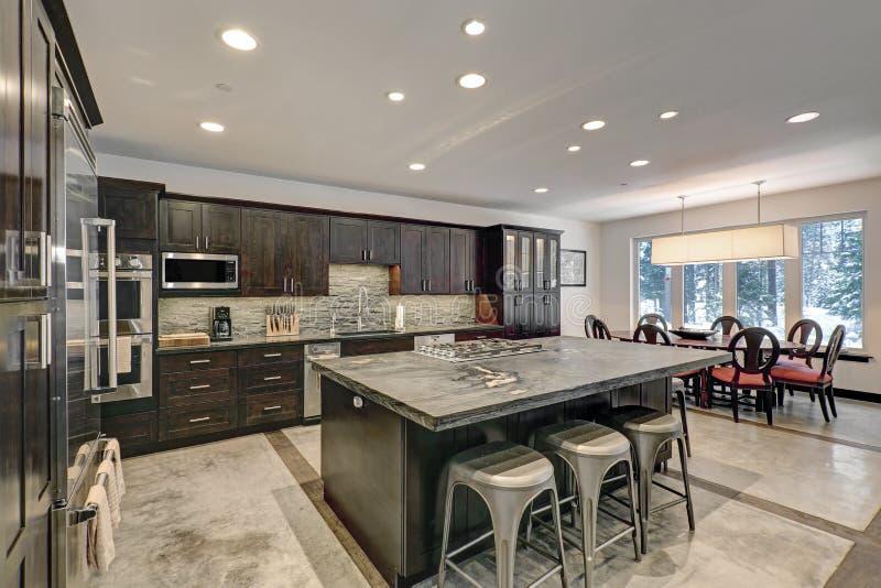 Projeto americano tradicional moderno da cozinha em tons cinzentos fotos de stock royalty free