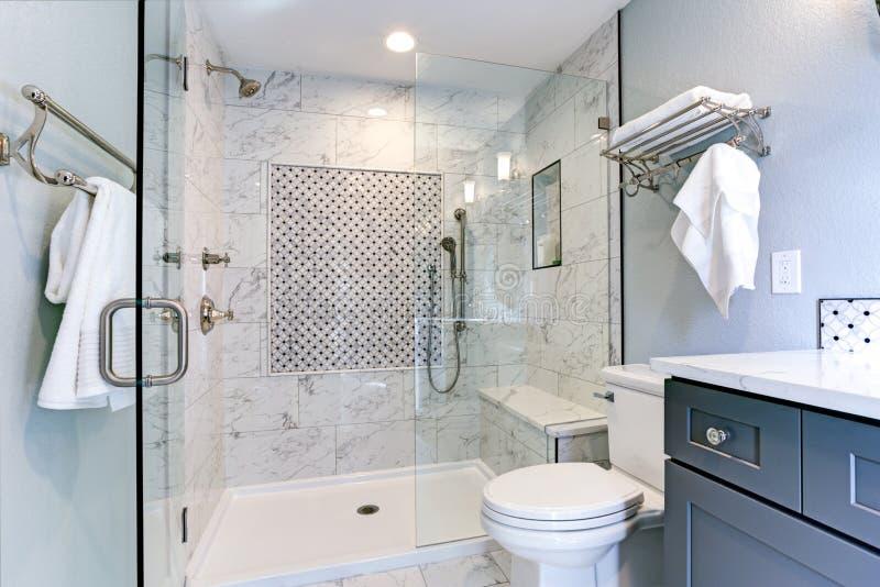 Projeto azul novo do banheiro com bordadura de mármore do chuveiro imagens de stock royalty free