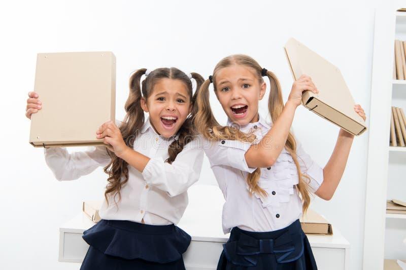 projeto bem sucedido As meninas das crianças pequenas têm o divertimento na escola As crianças pequenas terminaram o projeto bem  imagens de stock