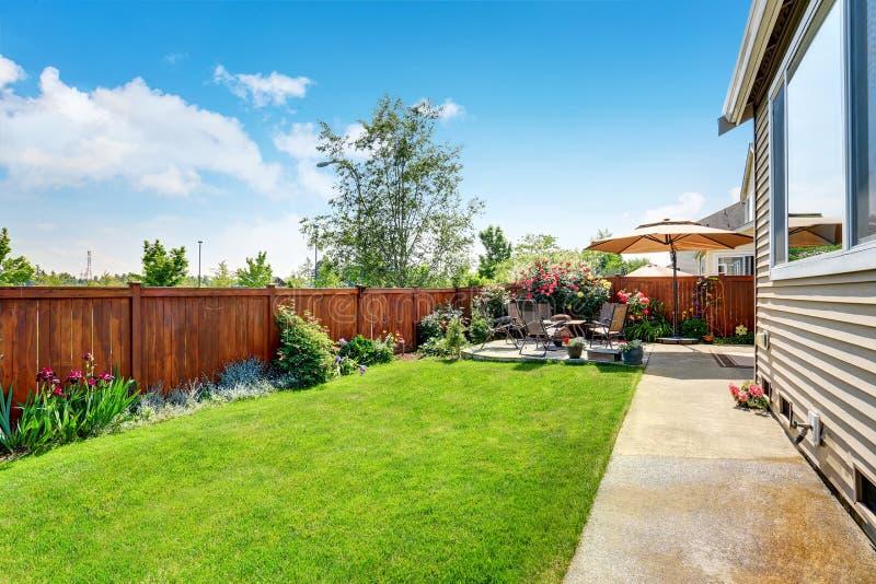 Projeto bonito da paisagem para a área do jardim e do pátio do quintal imagens de stock royalty free