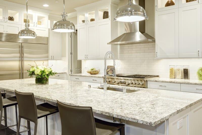 Projeto branco da cozinha na casa luxuoso nova fotos de stock