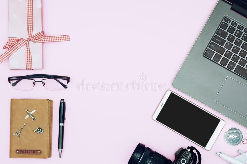 Projeto colocado liso de Valentines' conceito do curso do dia Vista superior do smartphone, do portátil, do passaporte, dos  foto de stock