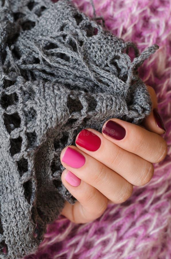 Projeto cor-de-rosa do prego Mão fêmea bonita com máscaras diferentes do tratamento de mãos cor-de-rosa imagens de stock